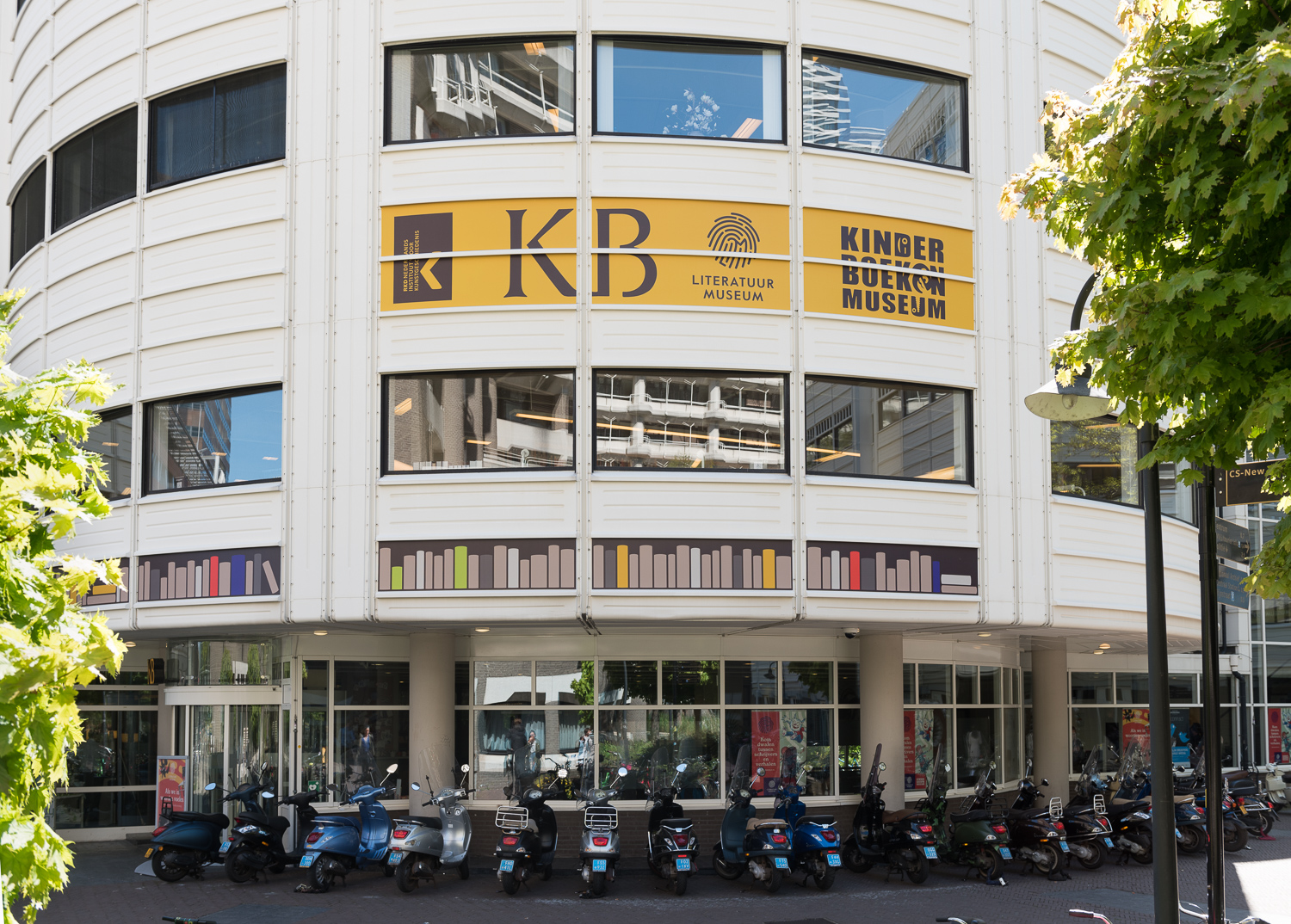 Identification on the front of the KB building (close-up)